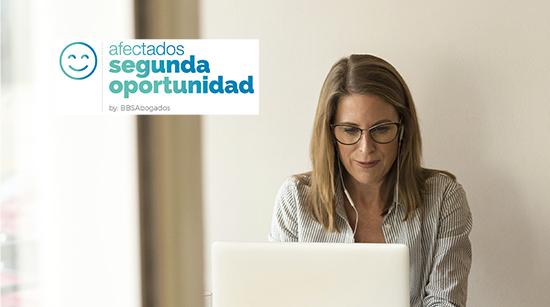 Mujer delante del ordenador. Afectados Segunda Oportunidad.