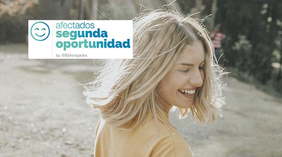 Chica riendo. Afectados Segunda Oportunidad - BBS Abogados.